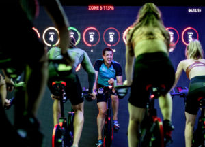 Szukasz pomysłu na angażujące zajęcia grupowe? Indoor cycling jest dla ciebie!